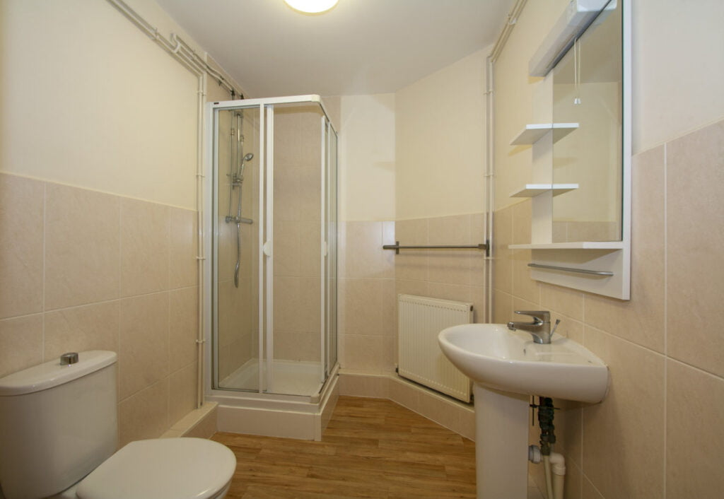 Typical en-suite bathroom in Winton Halls student accommodation and flats